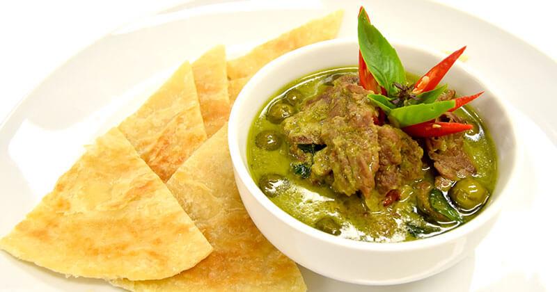ゲーン・キアオワーン・ヌア+ロティ(牛肉のグリーンカレー+ロティ)แกงเขียวหวานเนื้อ+โรตี