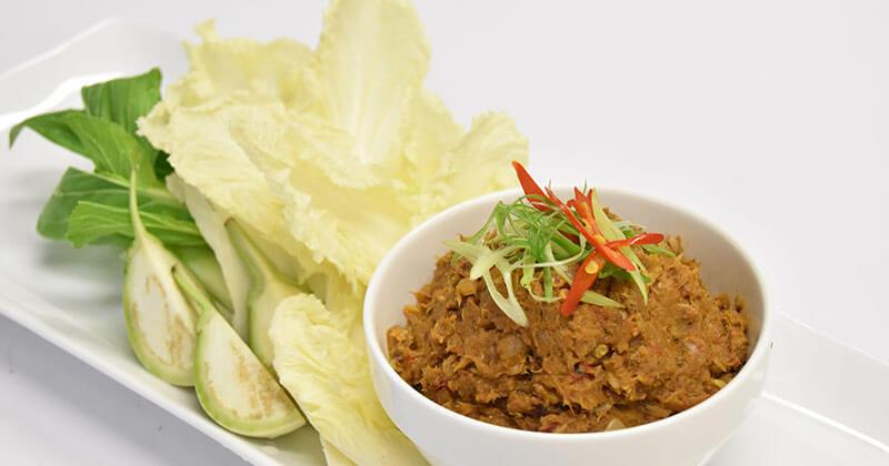 ナムプリック・プラー・ガポン・クルアンチム(魚缶詰のディップと野菜の盛り合わせ)น้ำพริกปลากระป๋อง+เครื่องจิ้ม