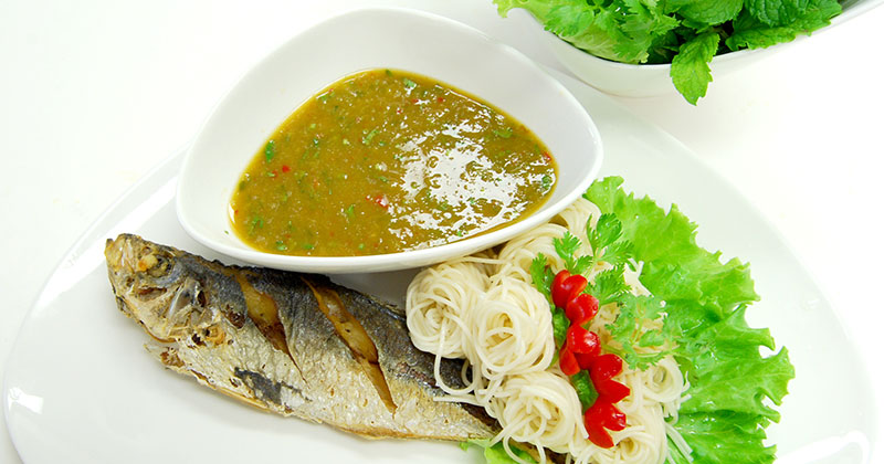 ミアン・プラー(魚とハーブのレタス包み)เมี่ยงปลา