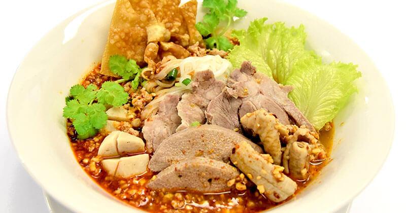 クアイティアオ・ムー・トムヤム・ナムプリックパオ(豚肉のライスヌードル(チリインオイル風味))ก๋วยเตี๋ยวหมูต้มยำน้ำพริกเผา