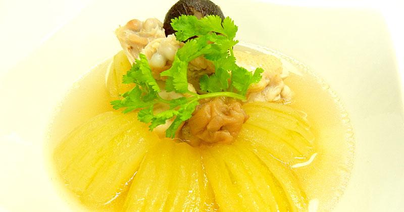 トム・ファク・ブアイドーン・カップ・ガイ(冬瓜と鶏肉の梅干しスープ)ต้มฟักบ๊วยดองกับไก่
