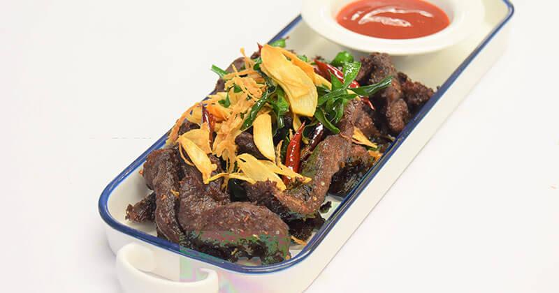 ヌア・デート・ディアオ・サムンプライ(干し肉とたっぷりハーブの揚げ物)เนื้อแดดเดียวสมุนไพร